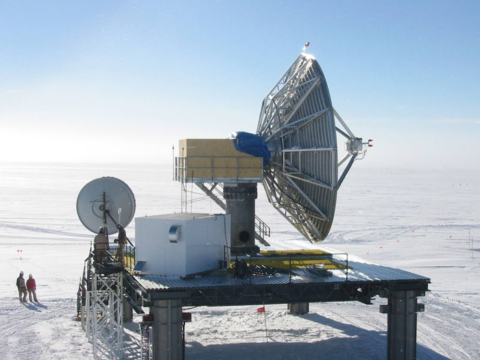 GOES-3 communications is done using the 9-meter South Pole Marisat-GOES Terminal (SPMGT). This platform also has the smaller GOES-3 backup antenna. Credit: NSF