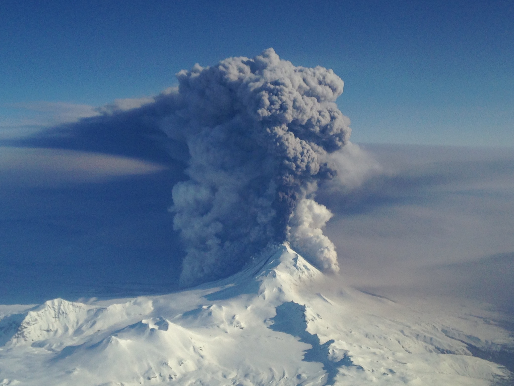 Alaska's Pavlof Volcano erupting on March 16, 2016. (Image credit: Nahshon Almandmoss/U.S. Coast Guard)